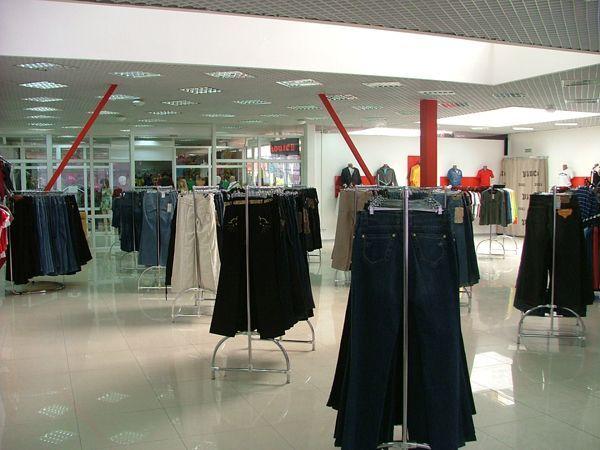 Системы труб и манекены для магазина джинсовой одежды Vinci
