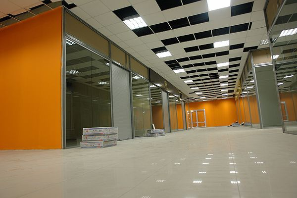 Поставка и монтаж стеклянных перегородок в ТЦ Эльта