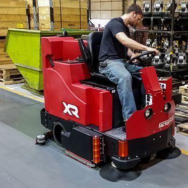 Поломоечно-подметальная машина с цилиндрической щеткой XR 34C