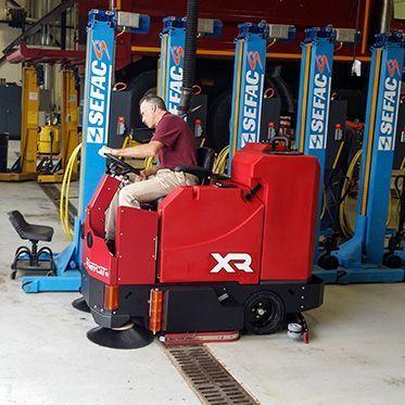Поломоечно-подметальная машина с цилиндрической щеткой XR 40C